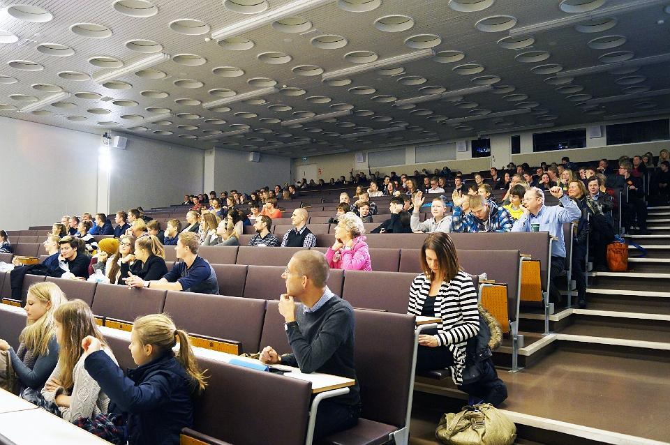 Tieteen päiville 2015 osallistuneita nuoria kuuntelemassa luentoa auditoriossa.