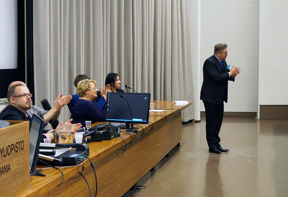 Tieteen päivillä 2015 kuullun paneelin panelistit antavat aplodit yleisölle.