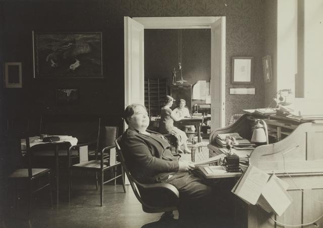 Agnes Lundell toimistomaisessa huoneistossa.