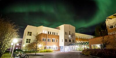Lapin yliopiston kampuksen yllä loistavat revontulet.