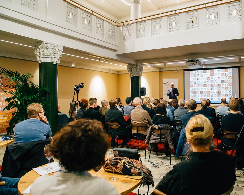 Yleisöä Tieteiden yön 2020 tapahtumassa Sofian Teesalongissa.